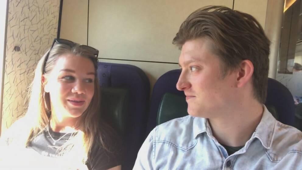 Reportern Kristian Åkergren pratar med tågresenären Emina.