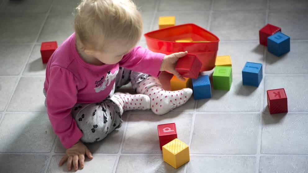 Ett barn som leker med klossar
