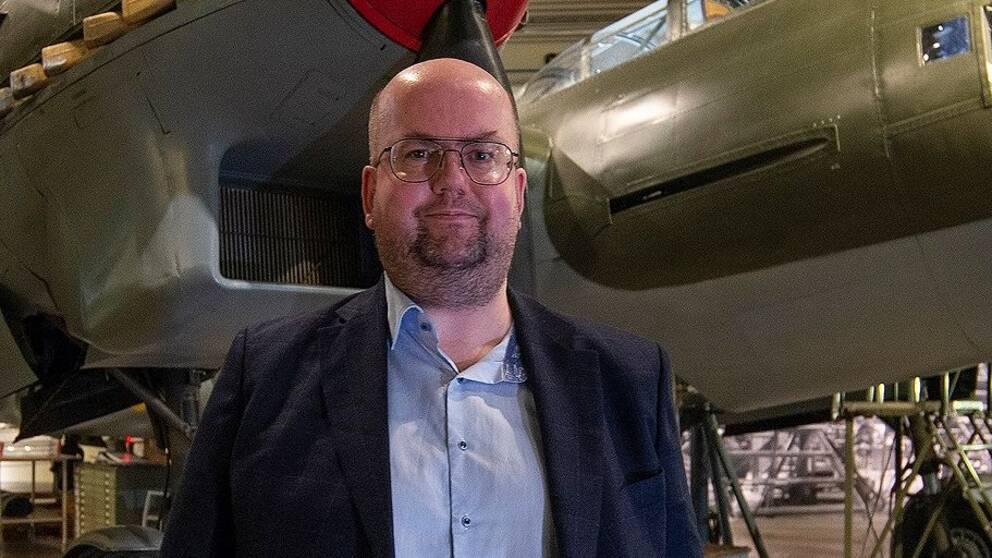 Flyghistorikern Henrik OA Barkman framför Röd David