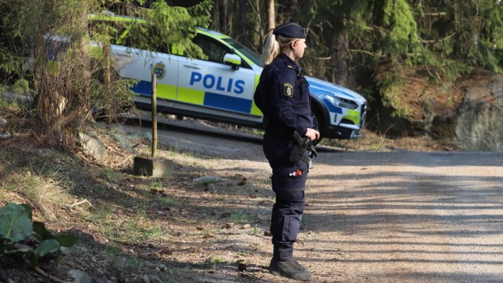 Polis vid plats för överfallsvåldtäkt i Länna