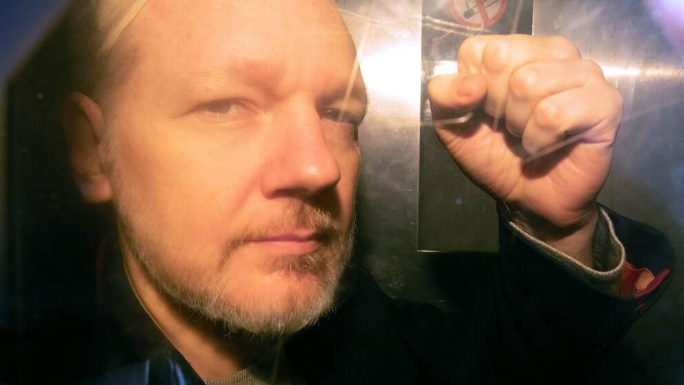 Julian Assange fotograferad genom rutan på fångtransporten utanför domstolen i London, dit han anlände 1 maj för att delges fängelsedomen för borgensbrott