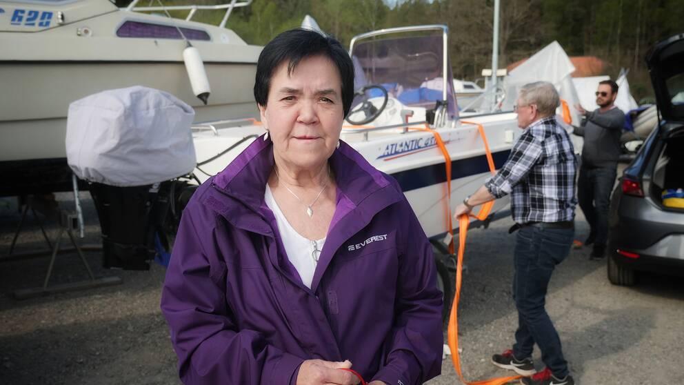 Kathleen Pettersson framför båtar