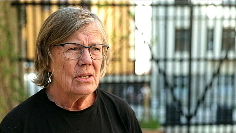 Porträttbild av Elisabeth Rachlew framför ett staket i oskärpa.