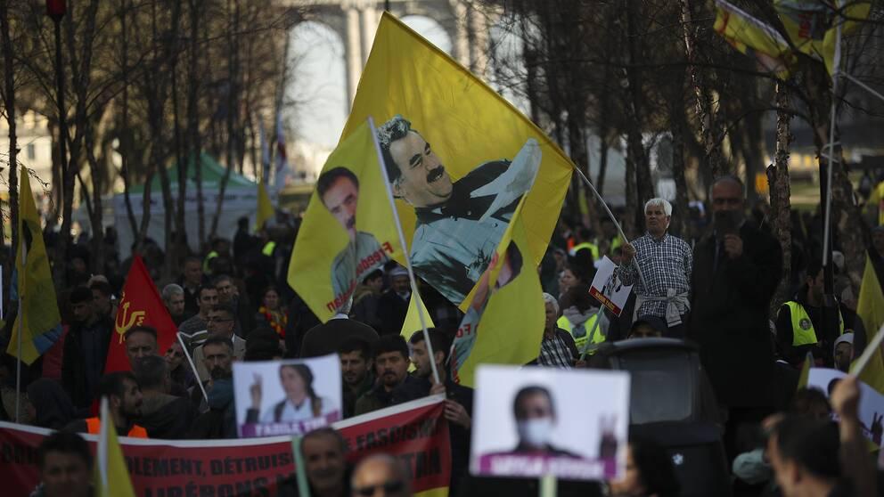 Demonstranter i Bryssel håller upp flaggor på den fängslade kurdiska PKK-ledaren Abdullah Öcalan under en protest i februari i år.