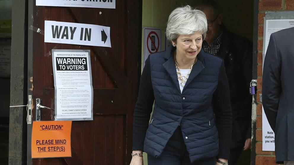 Theresa May lämnar sin vallokal i Thames Valley efter att ha röstat. Premiärministerns konservativa parti ser ut att förlora många platser i de lokala valen.