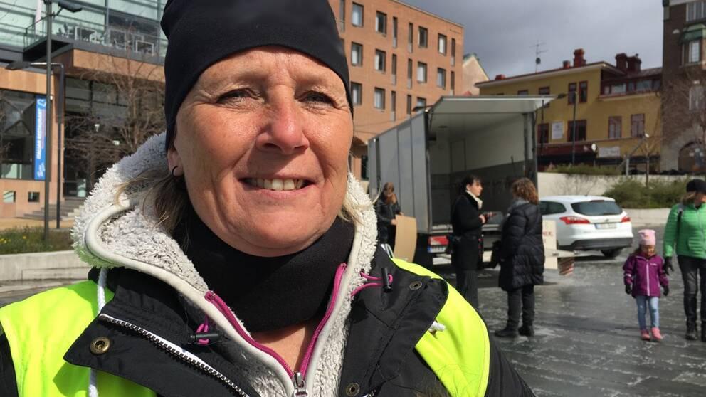 medelålders kvinna på torget i Östersund