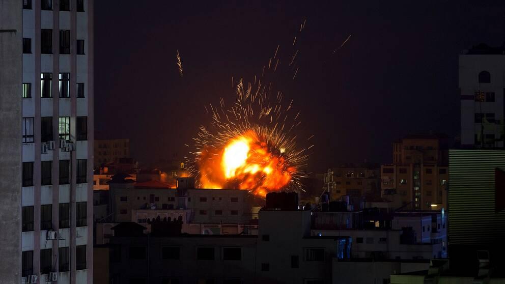 En explosion vid en byggnad i Gazaremsan orsakad av en israelisk flygattack.