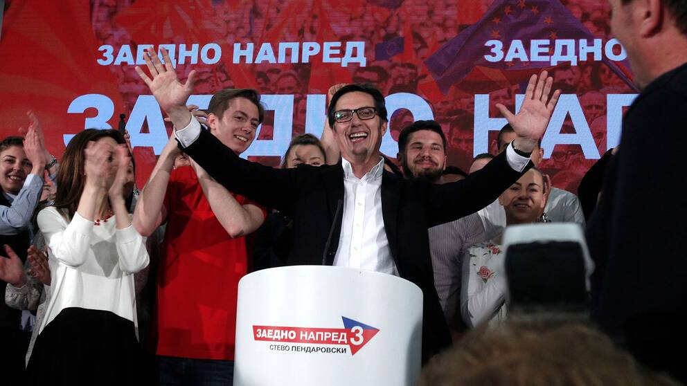 Stevo Pendarovski stöds framför allt av regerande Socialdemokraterna, som har lovat att stå fast vid namnbytet. Hans huvudmotståndare, Gordana Siljanovska-Davkova, stöds av ett parti som kraftigt motsatt sig namnuppgörelsen.
