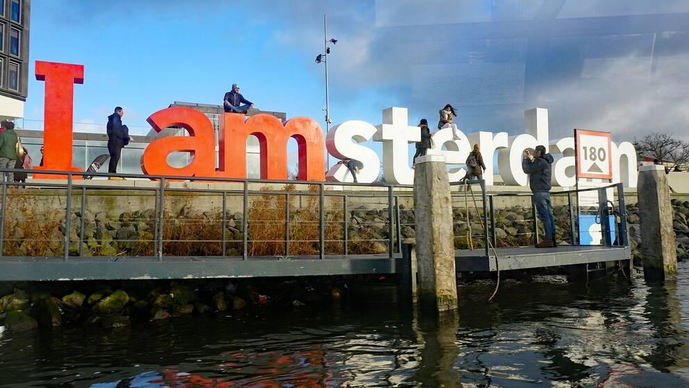 Amsterdam försöker nu på olika sätt att minska antalet turister med förbud och höjd turistskatt.