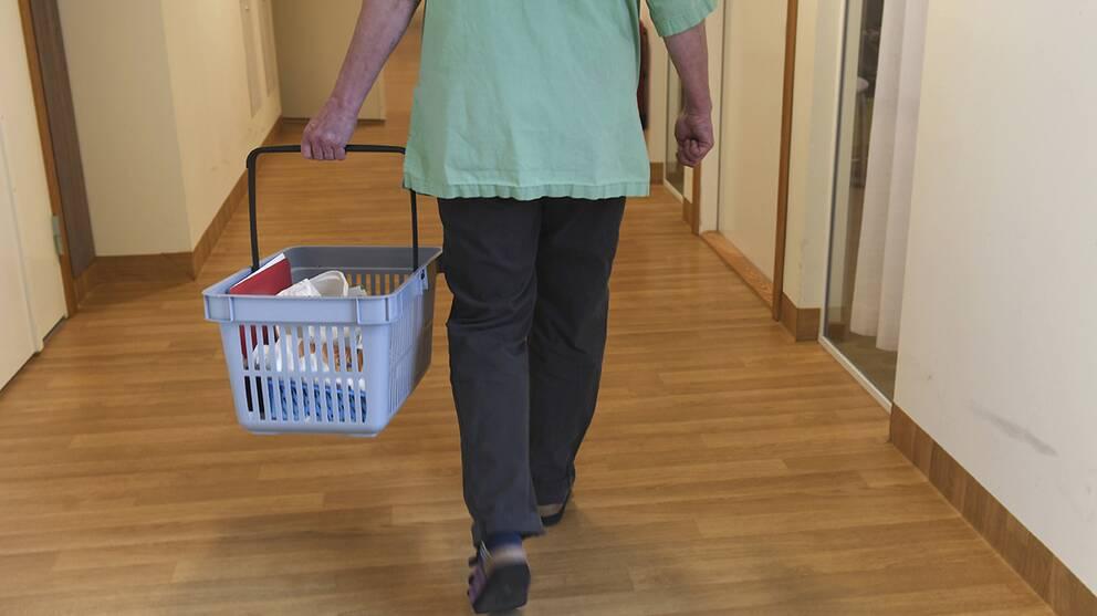 En anställd vid hemtjänsten ska under flera månader ha struntat i nattliga hembesök.