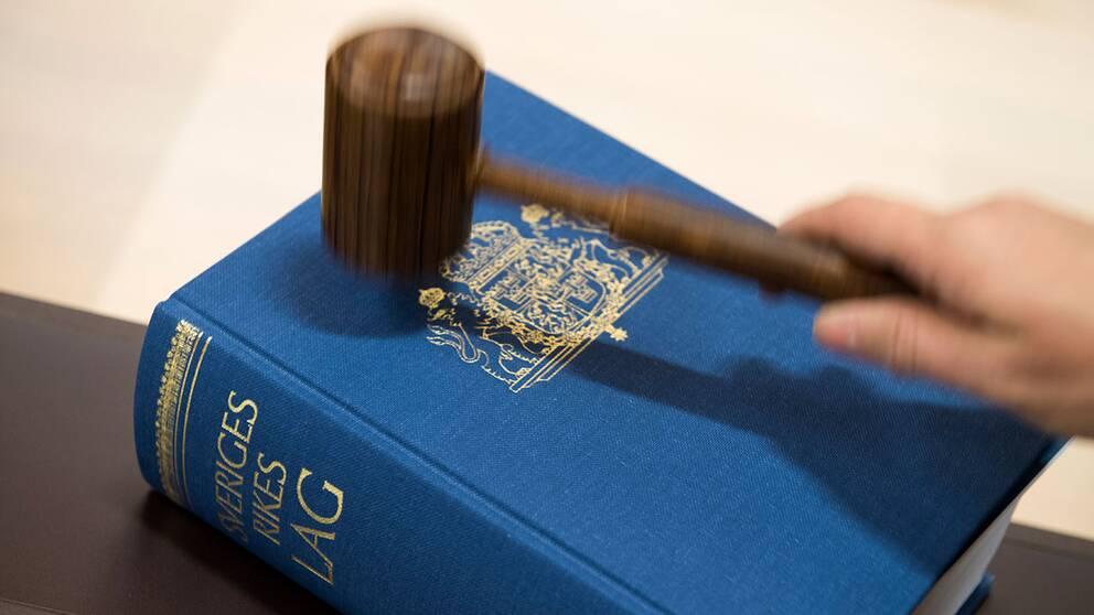 lagboken och domarklubba