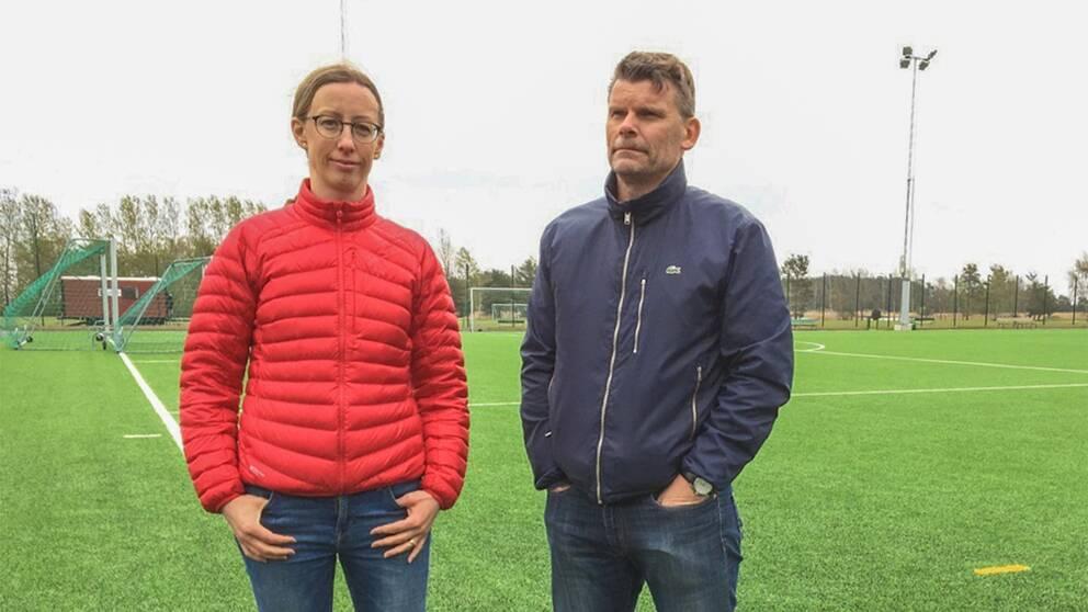 Sara Gripstrand och P-O Johansson står vid konstgräsplanen.