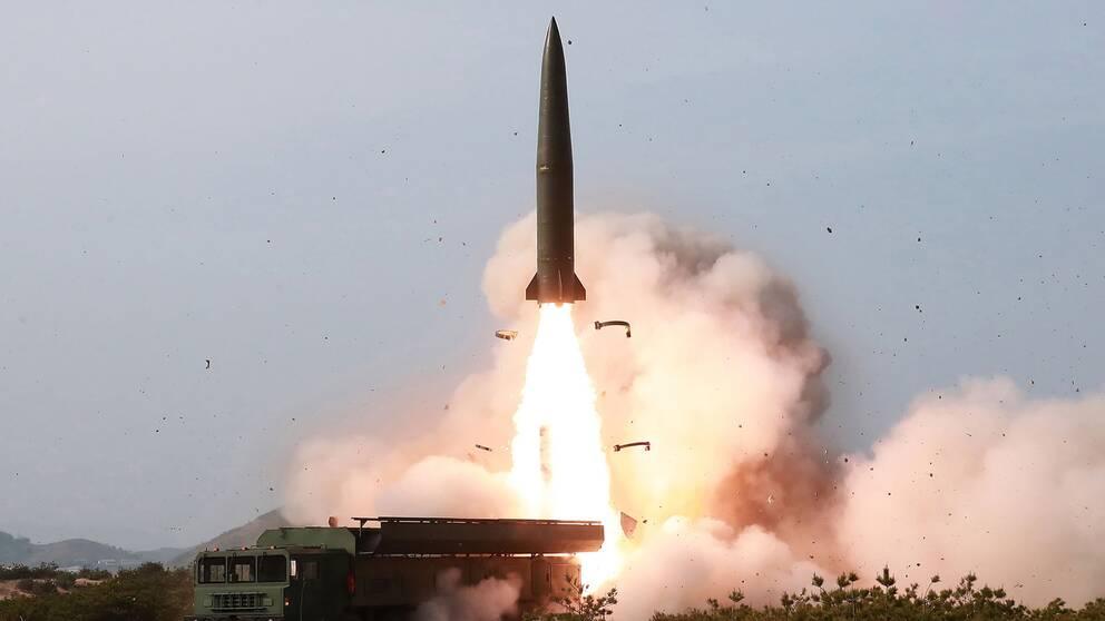 Bild från Nordkoreas regering som visar test av vapensystem i landet den 4 maj.