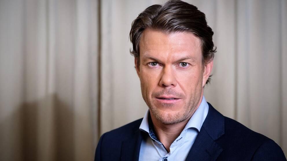 Porträttbild på Mathias Fredriksson, iklädd skjorta och kavaj
