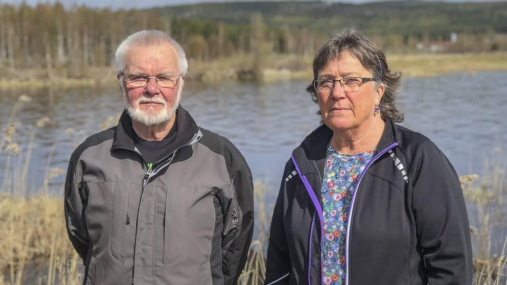 Lars Arvén, ordförande i Dellenbygdens flugfiskeförening, och ortsbon Ann-Catrin Bergman, är oroliga för hur frigoliten påverkar miljön.