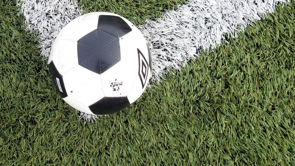 Fotboll på konstgräsplan.