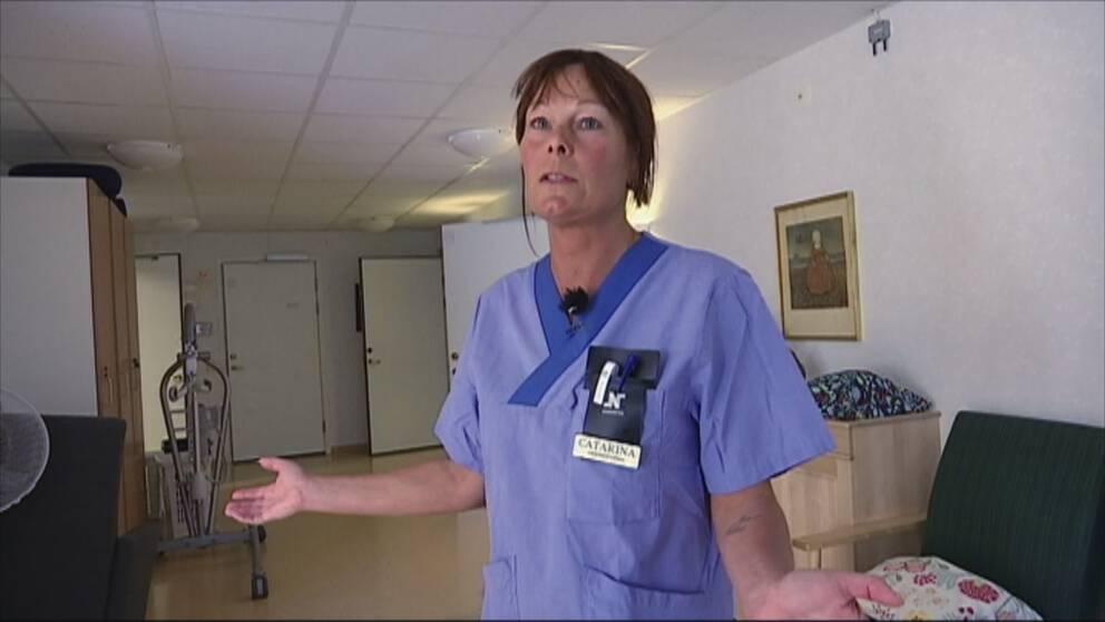 Undersköterskan Catarina slår ut med händerna och ser uppgiven ut.