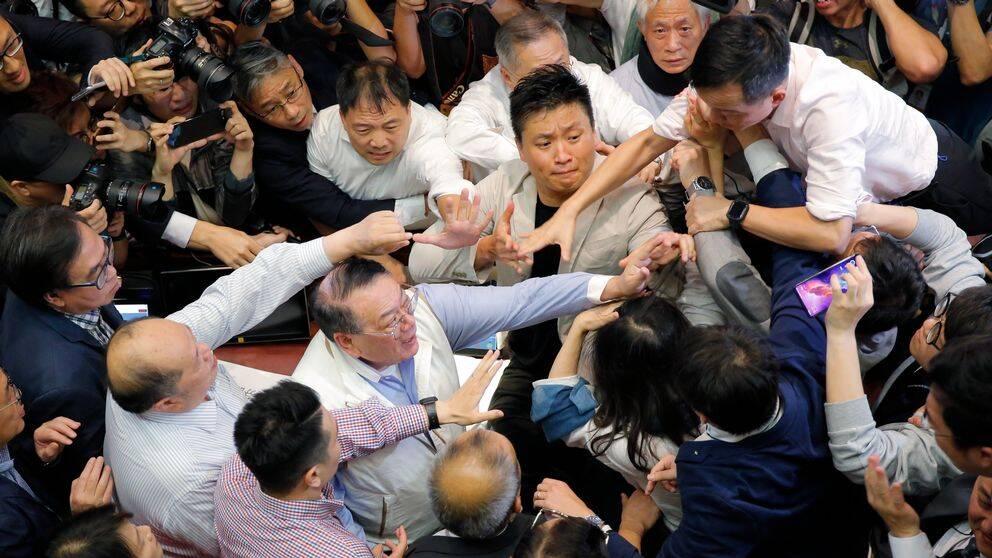 Ledamöter som värnar självstyret och Kina-lojalister bråkade i Hongkongs parlament om ett lagförslag om utlämningar.