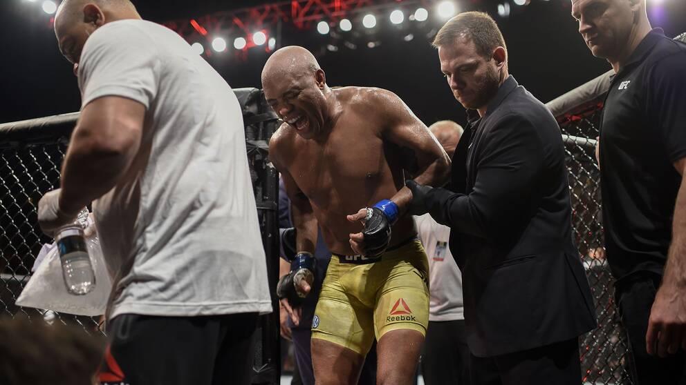 MMA-ikonen Anderson Silva lämnar oktagonen i smärta efter att ha skadat knäet.