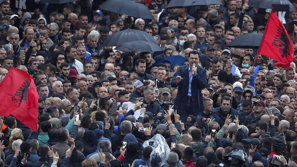 Lulzim Basha talar till en folkmassa under en protest i Tirana i april.