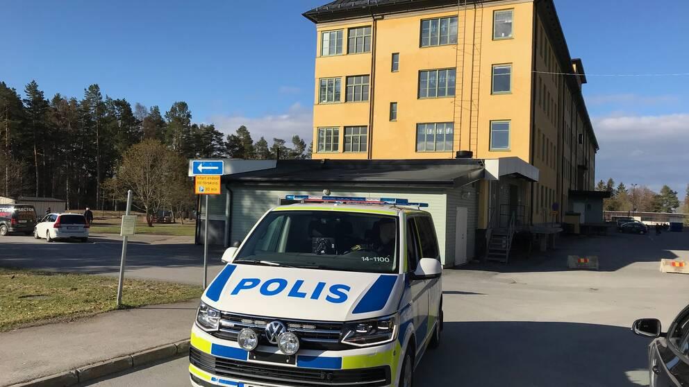 Polisbil i förgrunden, Klockhuset på Solliden i bakgrunden.