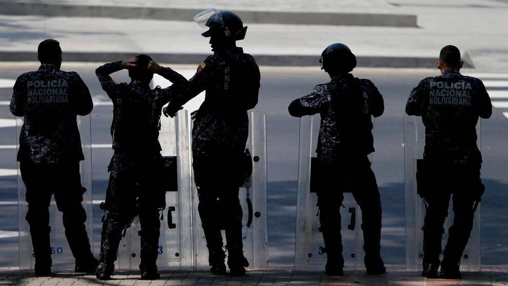 Venezuelansk kravallpolis väntar längs vägen för ett demonstrationståg i huvudstaden Caracas. Bilden är från i mars.