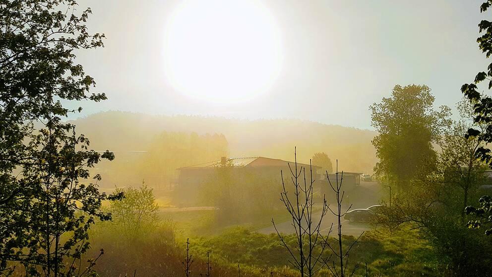 Lilla Edet 07.10 på morgonen 15 maj när solen försöker ta sig igenom dimman.