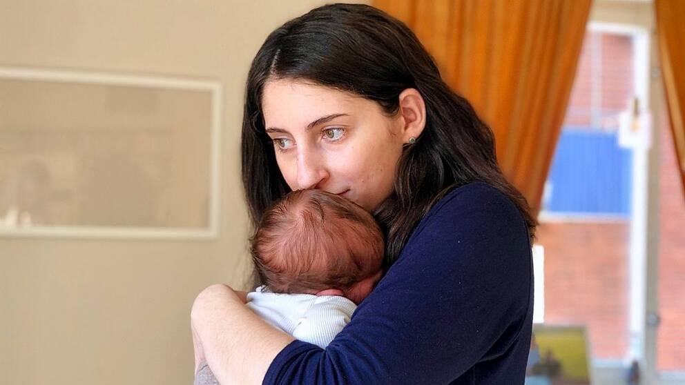 Anna – en ung kvinna som håller sin bebis nära