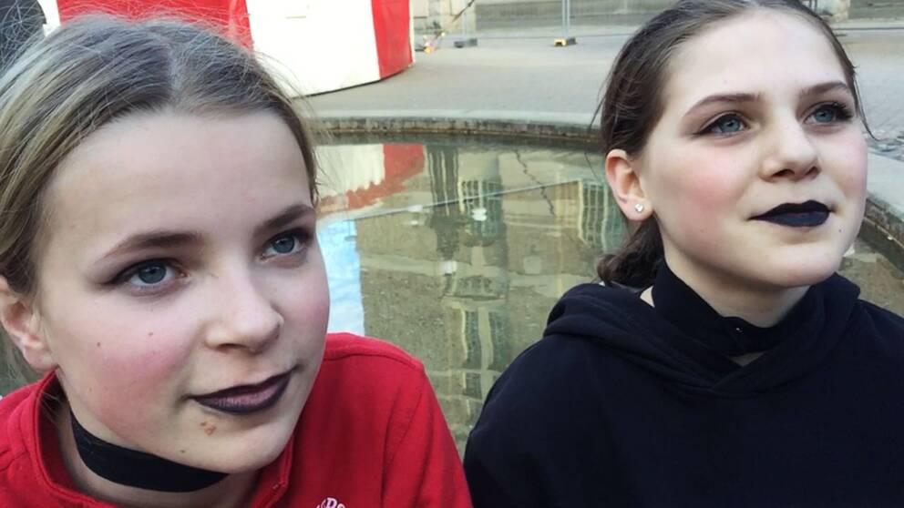 Cirkusartisterna Malin Rothman och Monna Orraryd, medlemmar i Norrköpings ungdomscirkus.