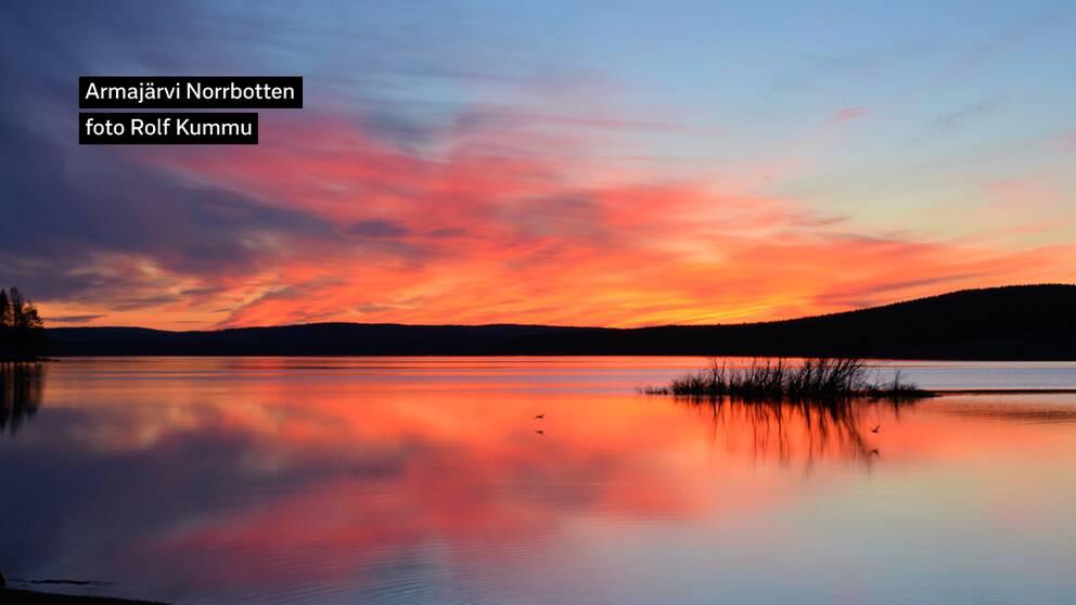 kl 01.002019-05-16. Färgsprakande natthimmel. Termometern visar på noll grader klockan ett på natten i Armajärvi Norrbotten.