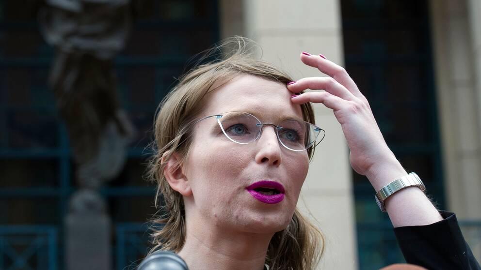 Chelsea Manning utanför domstolen i Alexandria.
