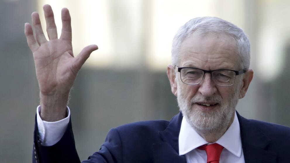 Labourledaren Jeremy Corbyn vinkar.