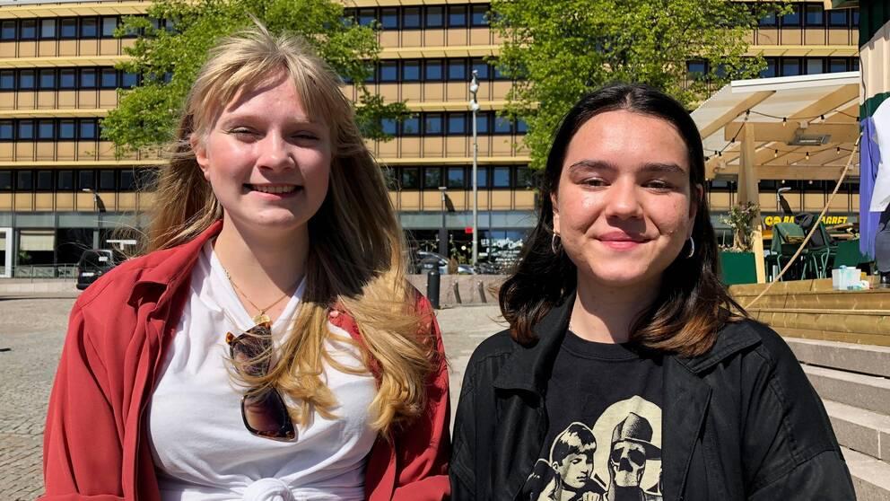 Två tjejer ler efter att ha fått sommarjobb