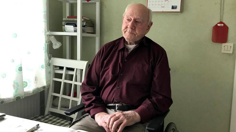 Rune Moquist och hans fru Alice Moquist fick lämna sin bostad i Hovmantorp i ilfart efter nattens bomblarm.