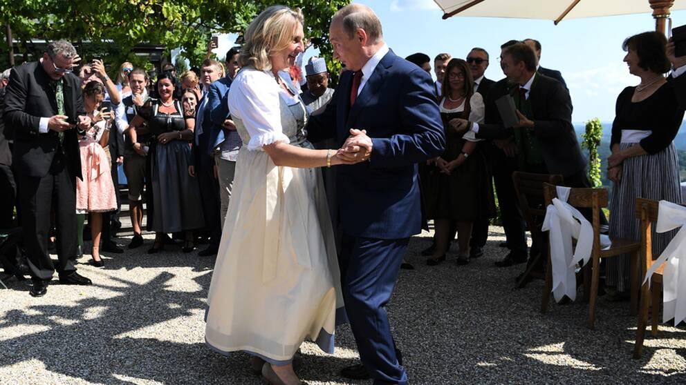 Österrikes utrikesminister Karin Kneissl bjöd in Rysslands president Putin till sitt bröllop i augusti 2018. Det var ett år valet då Frihetspartiet fick tunga ministerposter i den österrikiska regeringen.