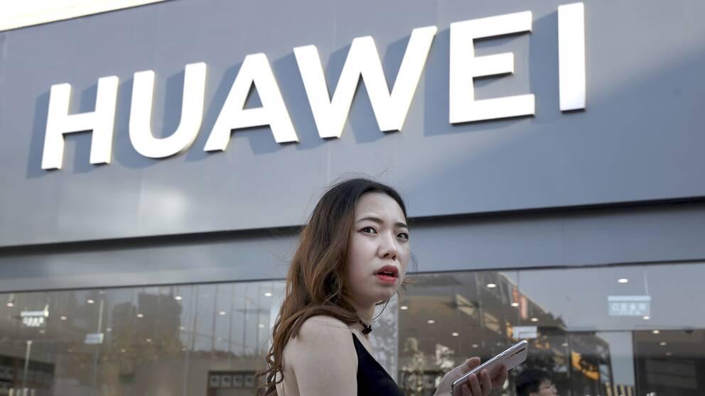 Kvinna utanför Huawei-butik