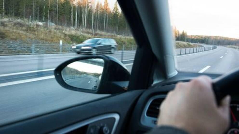 Bil kör på motorväg.