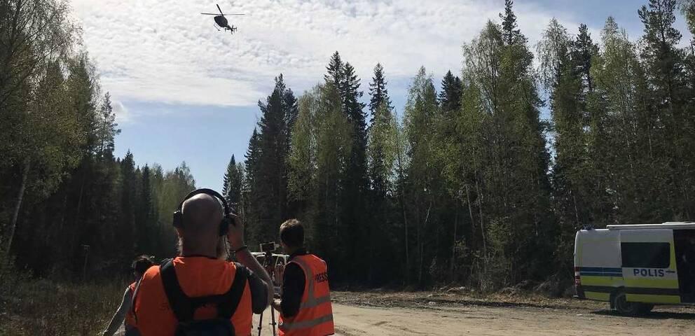 Polisens helikopter hittade den försvunne mannen i skogarna kring Bjässjön norr om Indal.