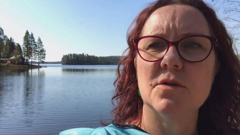 SVTs Ylva Holmgren på plats i Bjässjön.