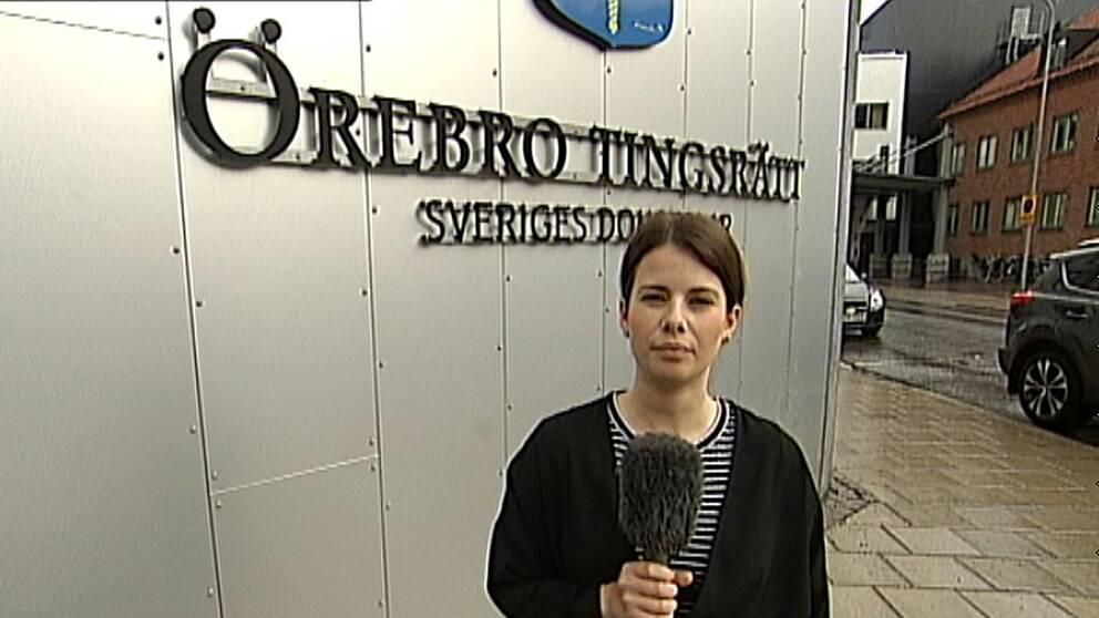 """SVT:s reporter Emilie Pless framför skylten """"Örebro tingsrätt"""""""