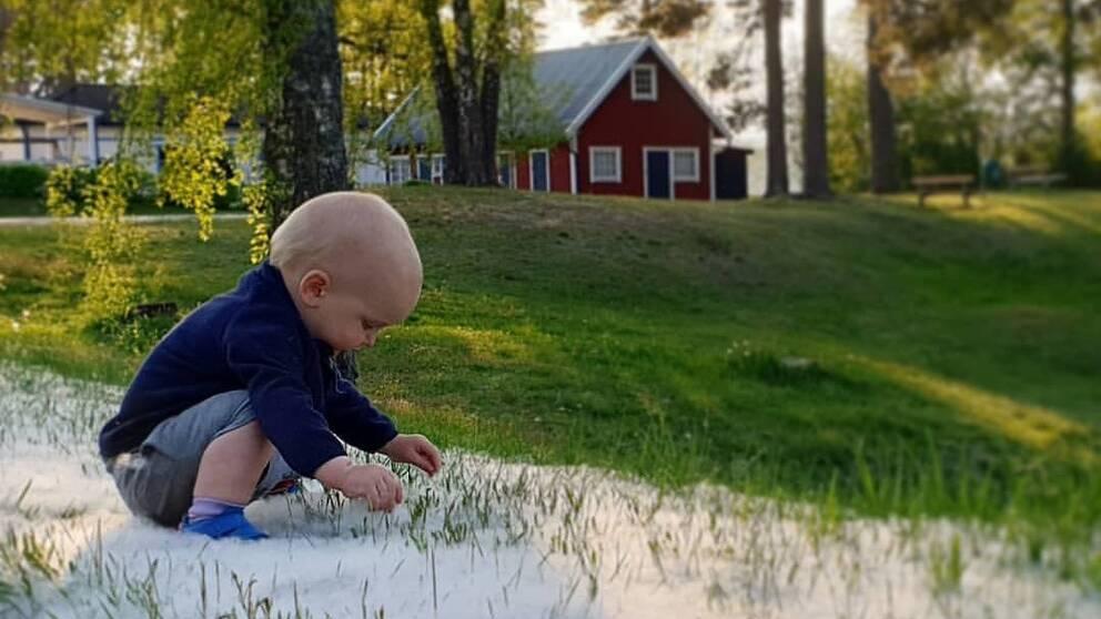 Barn som leker med aspludd.