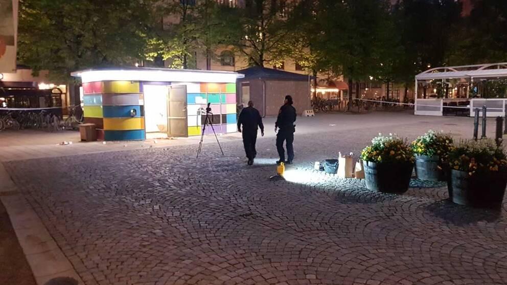 Polisen undersöker platsen vid en toalett på Järntorget, efter att en knivskärning skett på platsen.