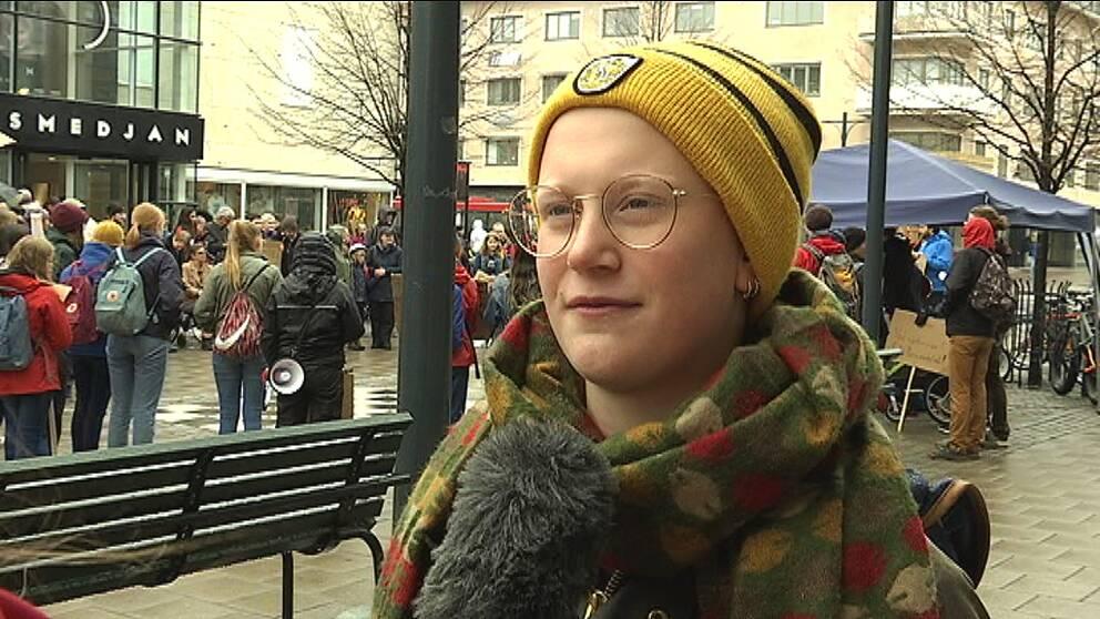 Linnea Backman är en av de klimatstrejkande i Luleå under fredagen.