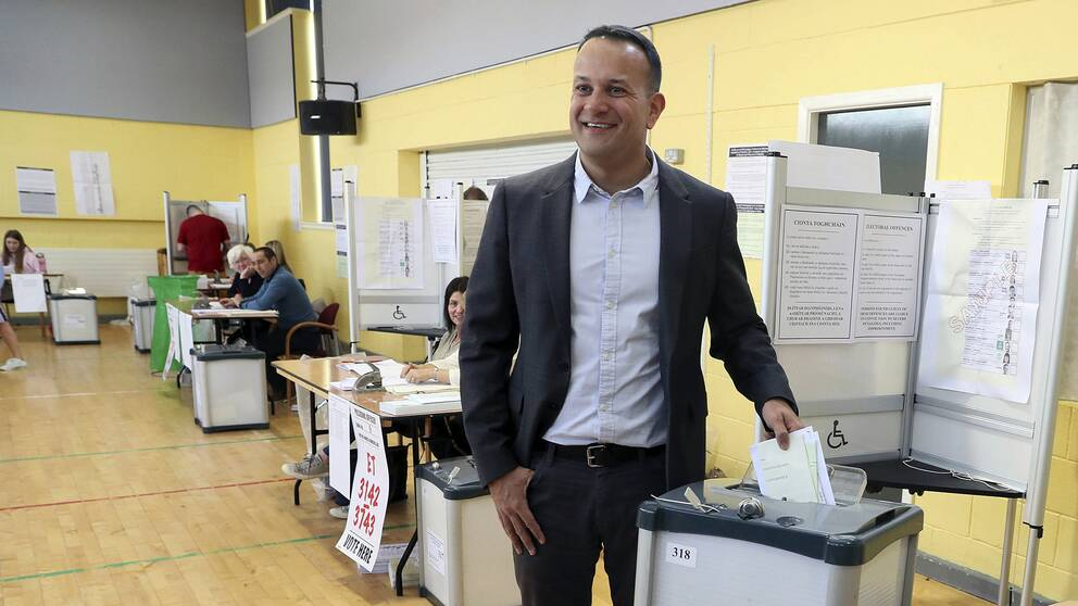 Irlands premiärminister Leo Varadkar avlägger leende sin röst i en vallokal i Irland.