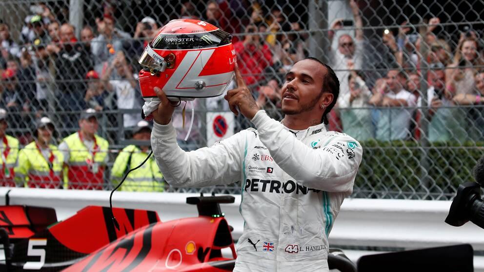 Hamilton visar upp sin Niki Lauda-hjälm efter segern i Monaco Grand Prix.