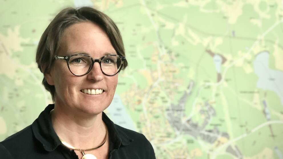 en kvinna står framför en karta