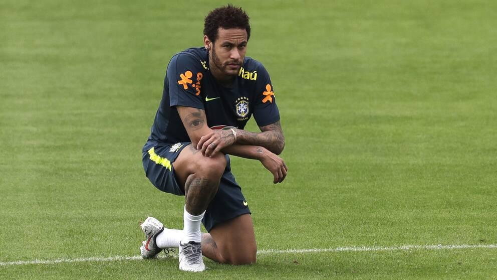 Neymar straffas av förbundskaptenen efter en incident i Frankrike med hans klubblag PSG.