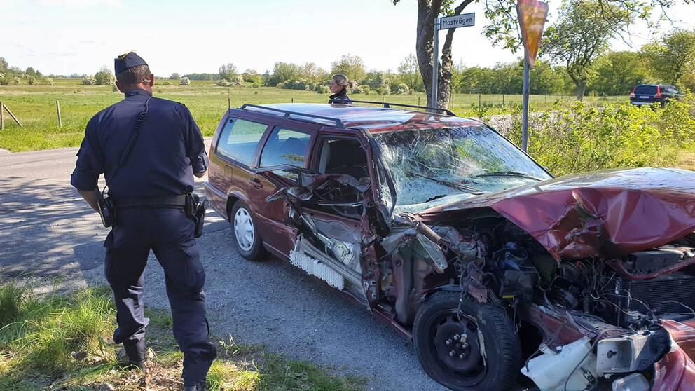 Personbilen totalförstördes i olyckan på väg 9. Bilisten är förd till sjukhus med oklara skador.