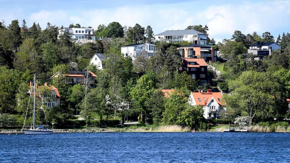 Villor och hus vid vattnet i Danderyd norr om Stockholm.
