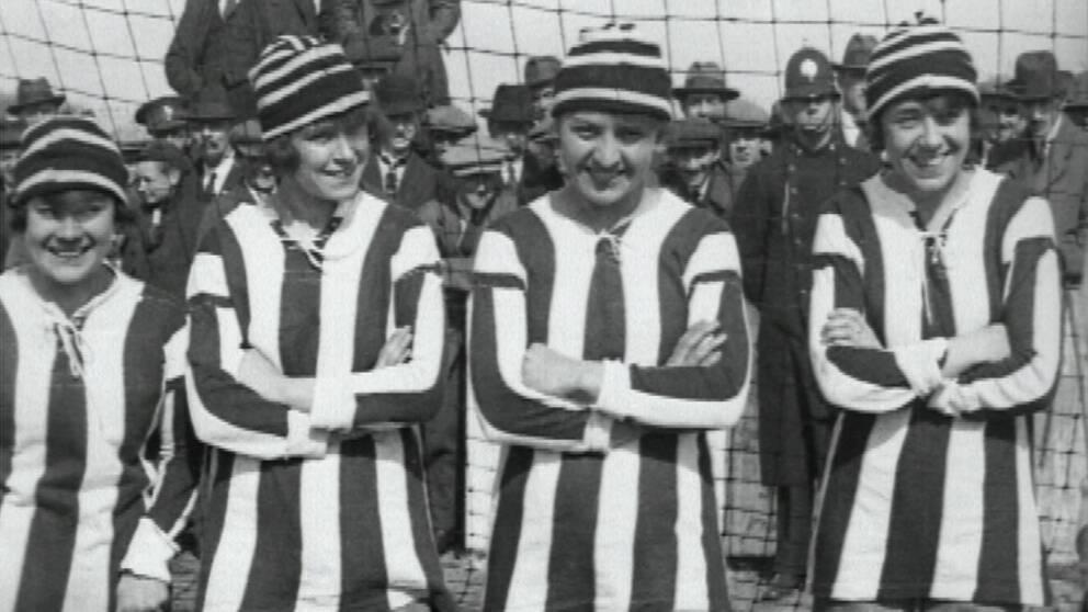 Fyra av spelarna i Dick Kerr Ladies.